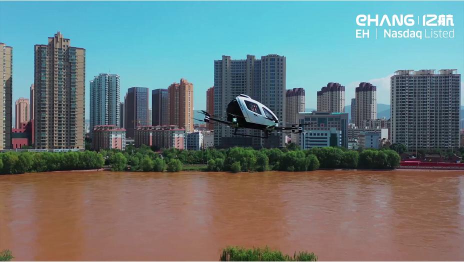 亿航216在中国兰州完成载人飞行,展示空中游览新应用场景
